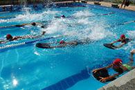 Alunos da escolinha da Sudesb durante aula de natação