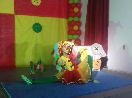 Apresentação de ginastas na Noite de Gala Brasil. Na imagem, a atleta está vestida da personagem Emília, da obra de Monteiro Lobato