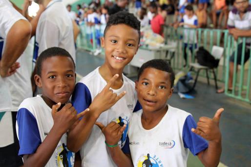 Três crianças sorridentes